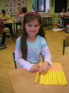Lilianka vyrábí papírové prostírání.